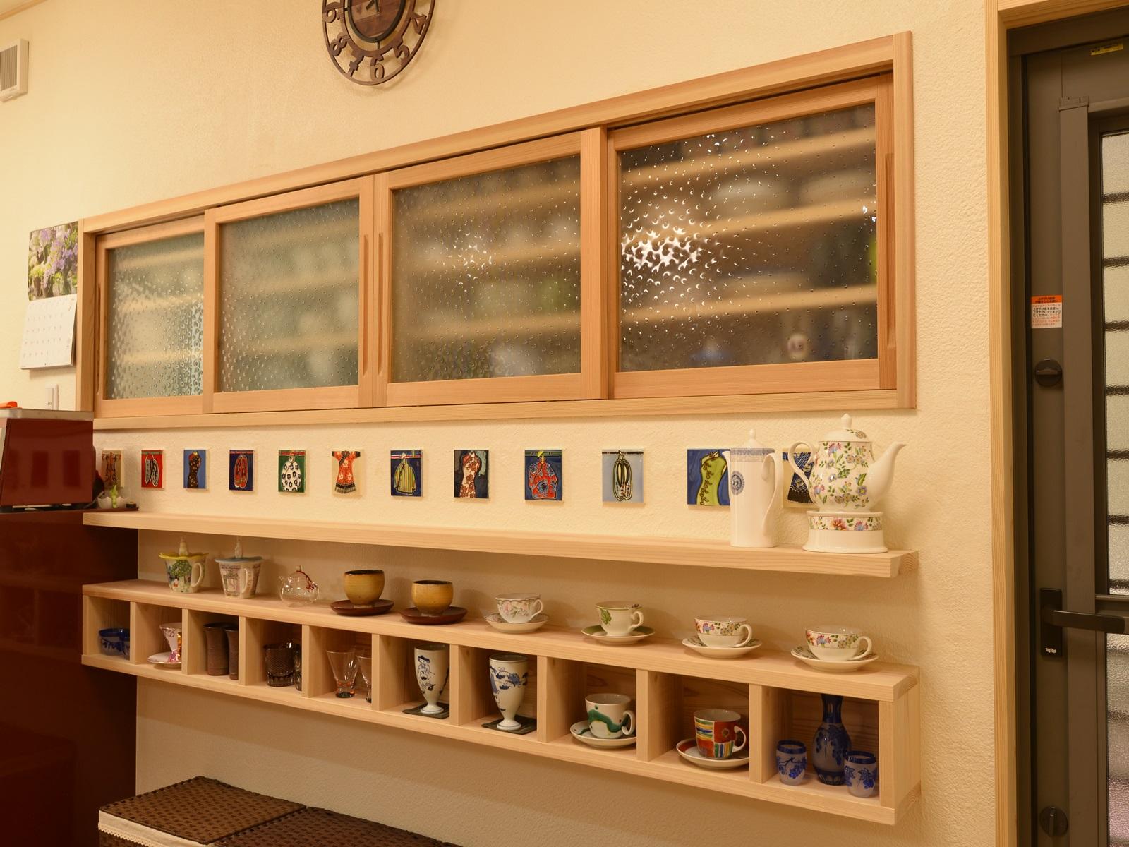お気に入りの食器を飾るカップボード