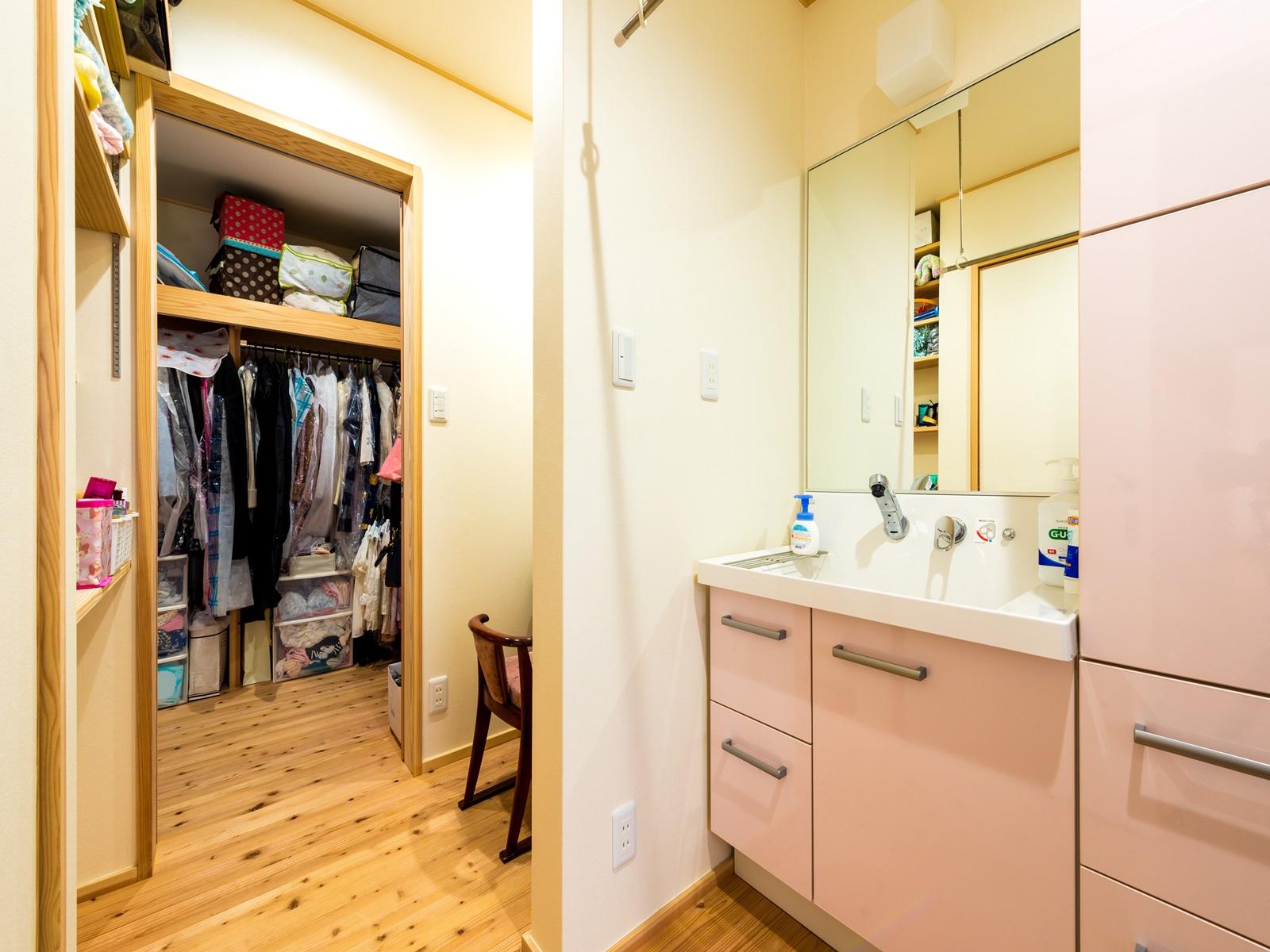 洗面所に隣接された収納