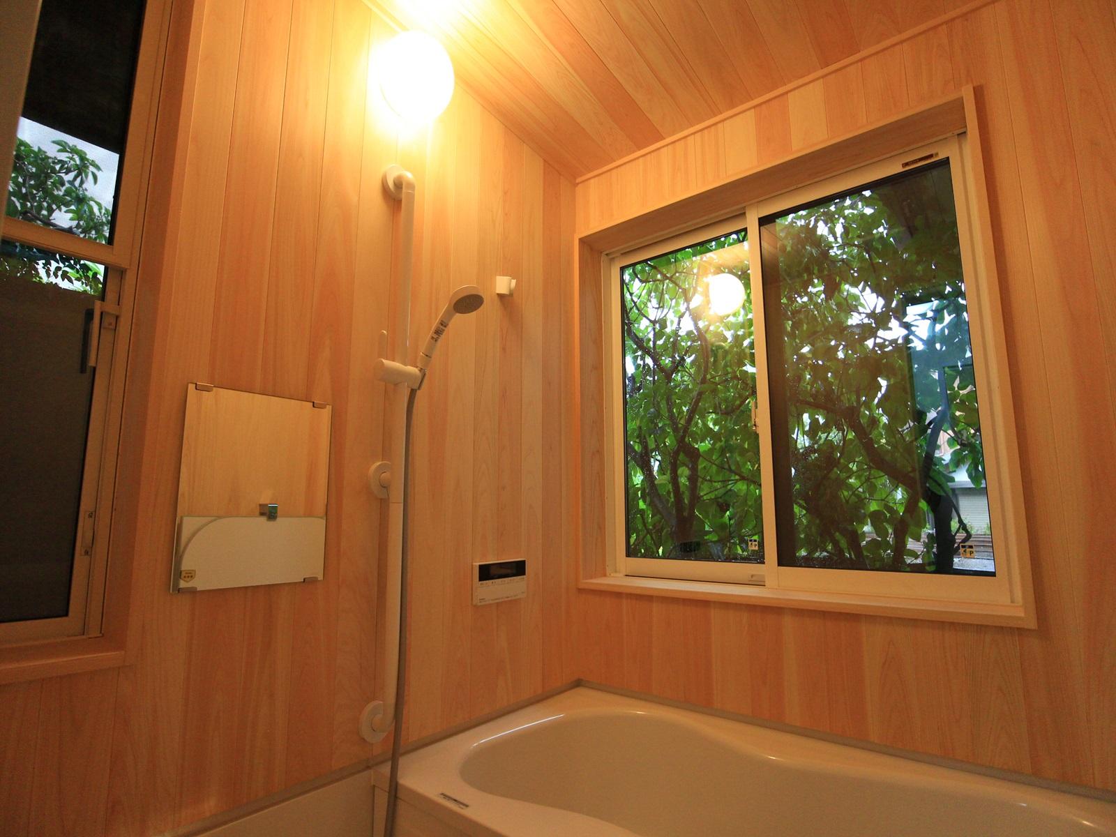 壁と天井を桧板貼りにした浴室