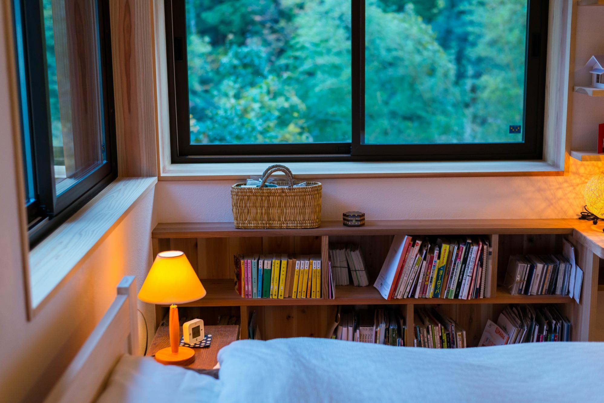 ベッドサイドには本棚を