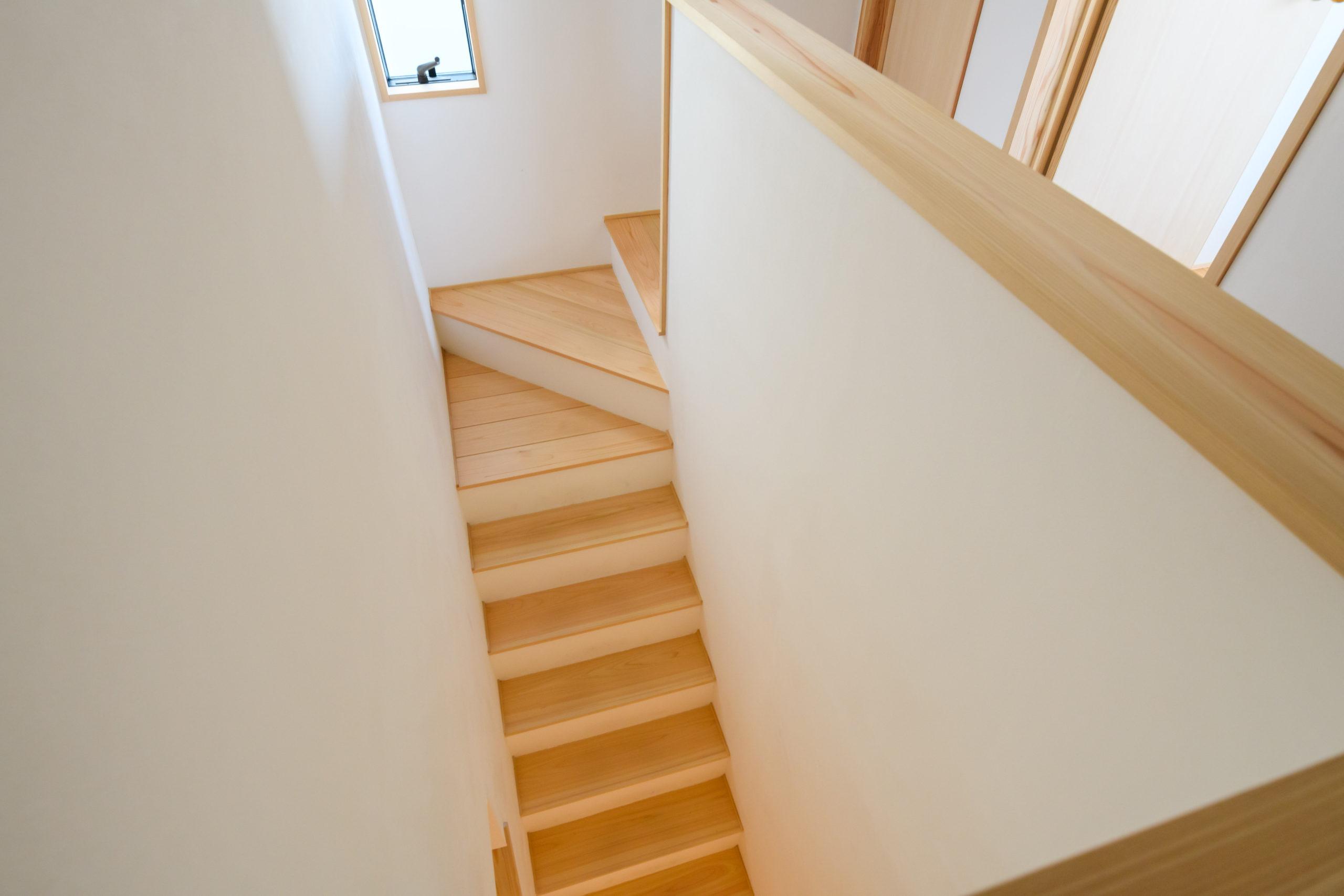 階段は漆喰と桧板で