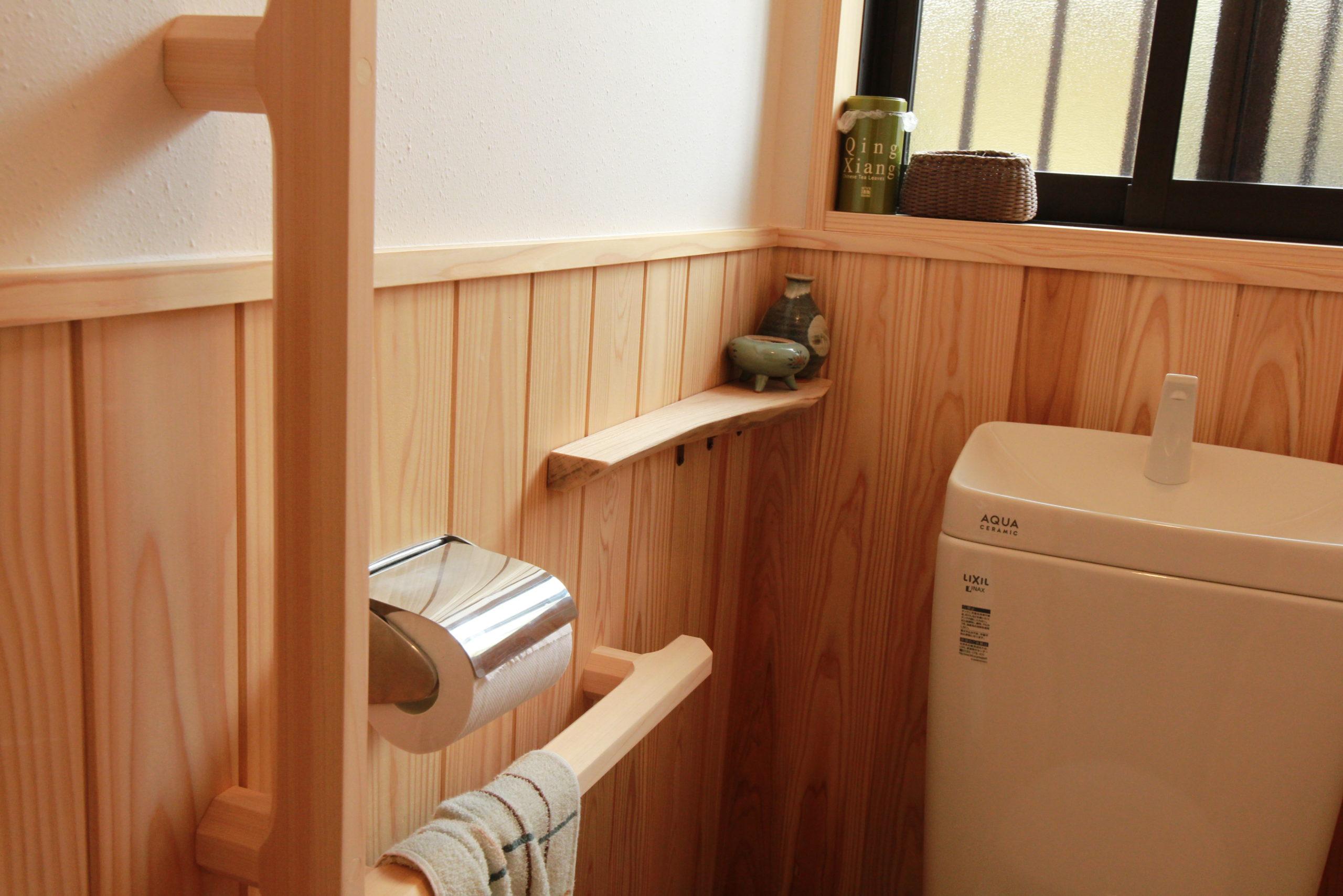 トイレは無垢の木と和紙で仕上げました。